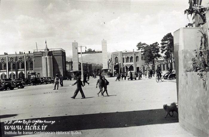 آذین بندی ابتدای خیابان لالهزار از میدان توپخانه به مناسبت ازدواج محمدرضای ولیعهد و فوزیه مصری