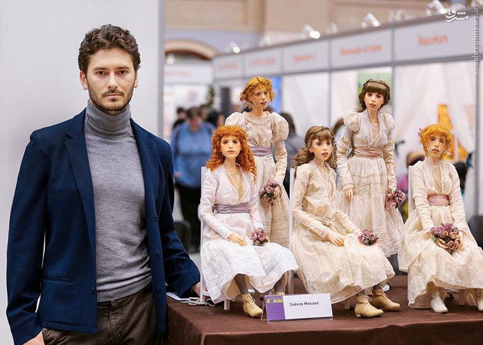 Michael Zajkov در کنار عروسک هایش