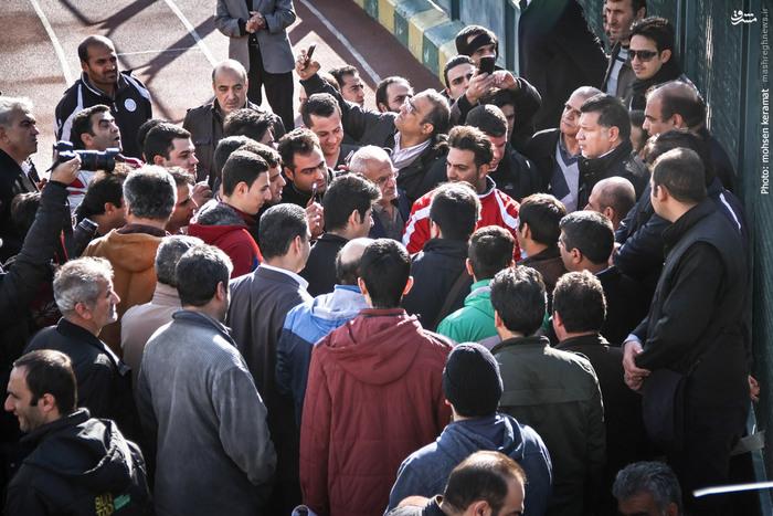 علی دایی در محاصره طرفداران