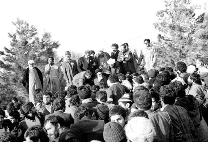 امام خمینی در حال استقرار در جایگاه سخنرانی خود در بهشت زهرای تهران