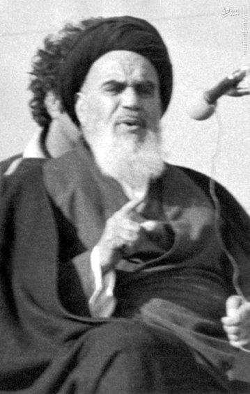 امام خمینی در حال انجام سخنرانی خود در بهشت زهرای تهران
