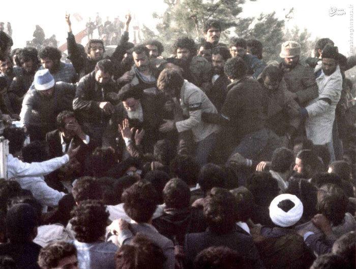 امام خمینی پس ازانجام سخنرانی خود در بهشت زهرای تهران