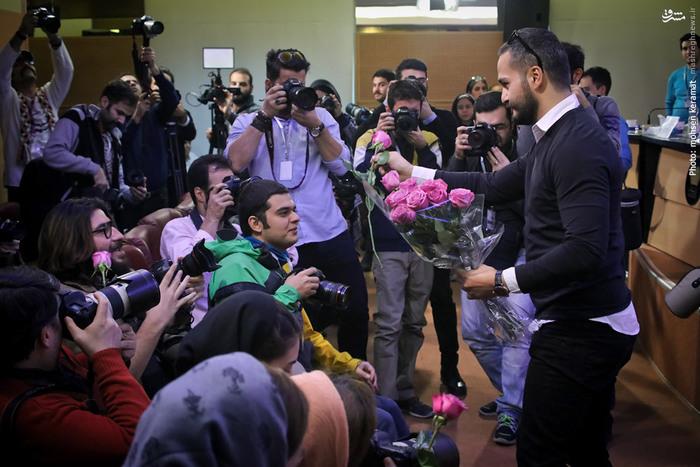 اهداء گل به خبرنگاران از سوی میلاد کیمرام