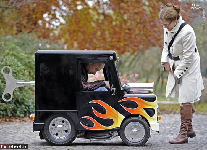 کوچکترین اتومبیل جهان تنها ۱۰۴٫۱۴ سانتی متر بلندا،۱۲۹٫۵۴ سانتی متر طول و ۶۶٫۴ سانتی متر پهنای آن می باشد. این اتومبیل کوچک را مخترع بریتانیایی پری واتکینز ( Perry Watkins ) ساخته است که در کتاب گینس به عنوان کوچک ترین اتومبیل جهان درج شد.