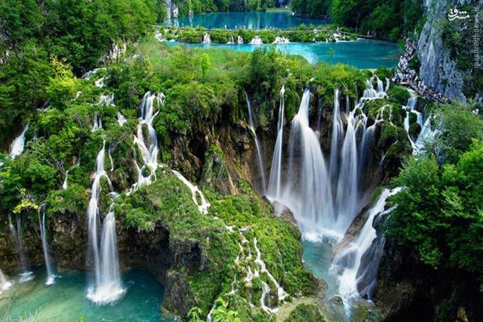 دریاچههای پلیتویک مجموعهای از ۱۶ دریاچهی متصل به هم هستند که از طریق آبشارها و غارهایی به هم وصل شدهاند. این مجموعه در پارک ملی دریاچههای پلیتویک کرواسی قرار دارد. هر دریاچه از طریق یک لایه تراورتن، سنگ آهکهای متخلخل پوشیده از جلبکها و خزهها از سایر دریاچهها جدا میشود. نکتهی جالب اینجا است که این لایهها هر سال یک سانتیمتر بزرگتر میشود.