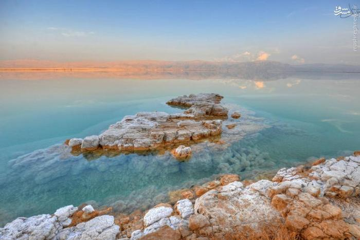 این دریاچه یکی از شورترین آبهای جهان را در اختیار دارد و برای زندگی هیچ موجود زندهای مناسب نیست. سطح دریاچه و کنارههای آن ۴۲۲ متر پایینتر از سطح دریا قرار دارد. شنا کردن در این دریاچه به دلیل وجود نمک زیاد کار دشواری است، اما شناور شدن روی آن بسیار ساده است. در اثر وجود مقدار زیاد نمک و دیگر مواد سمی، موجودات زنده نمیتوانند در این دریاچه باقی بمانند. از این رو ماهی و دیگر جانوران آبزی رود اردن به محض ورود به این دریا میمیرند.