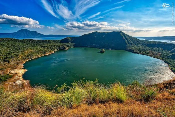 این دریاچهی آب شیرین در جزیرهی لوزان (Luzon) در فیلیپین واقع شده است. نکتهی جالب درباره ی این دریاچه این است که یک جزیرهی کوچک به نام جزیرهی آتشفشان در مرکز آن قرار دارد که خود دارای یک دریاچهی دیگر به نام Main Crater است. درون این دریاچه نیز جزیرهی دیگری به نام ولکان پوینت (Vulcan Point) قرار گرفته است.