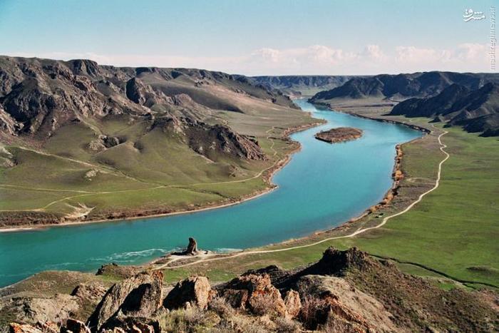 این دریاچه که دوازدهمین دریاچهی بزرگ دنیا است، در کشور قزاقستان و در آسیای مرکزی واقع شده است. نکتهی عجیب و جالب دربارهی این دریاچه این است که نیمی از آب آن را آب شور و نیمی دیگر را آب شیرین تشکیل میدهد.