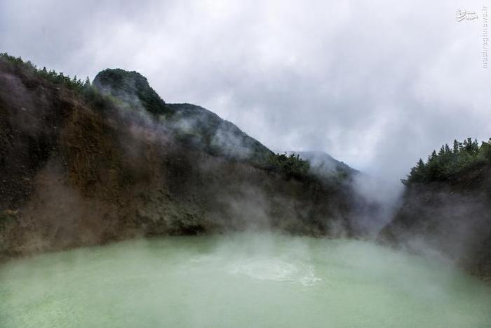 این دریاچه در پارک ملی Morne Trois Pitons در شرق روسو، پایتخت دومینیکا قرار دارد. این دریاچه دومین چشمهی آب گرم بزرگ دنیا را در خود جای داده است. درجه حرارت آب این دریاچه بین ۸۲ تا ۹۲ درجهی سانتیگراد است. اطراف این دریاچه را ابرهایی از بخار آب فرا گرفته و سطح آبی مایل به خاکستری آن در حال جوشیدن است. این دریاچه ۷۶ متر عرض و بیش از ۵۹ متر عمق دارد. جورج کورونیس (George Kourounis) اولین کسی بود که با استفاده از طناب از روی این دریاچه عبور کرد. او این کار را برای مجموعهای تلویزیونی به نام Angry Planet انجام داد.
