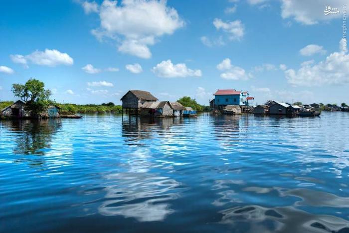 این دریاچه دارای آب شرین است و در مرکز کامبوج قرار دارد. نکتهی جالب دربارهی این دریاچه این است که جهت جریان آب دریاچه دو بار در سال تغییر میکند. در ماههای نوامبر تا مه، آب دریاچه به سمت رود مکونگ و در فصول بارانی خلاف این جهت حرکت میکند. این جریان، دریاچهی عظیمی را ایجاد میکند که وسعت آن به ۵ برابر حالت عادیاش میرسد. این سیل، نواحی اطراف را نیز در بر میگیرد و دریاچه مکان مناسبی برای رشد و نمو انواع ماهیها است.