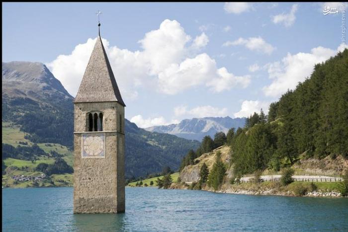 این دریاچهی مصنوعی در بخش تیرول جنوبی در شمال ایتالیا قرار گرفته است. تمامی روستاهای اطراف این ناحیه به خاطر شکستن سد و طغیان رودخانه، زیر آب رفتهاند. برجی که در وسط این دریاچه قرار دارد تنها ساختمانی است که پس از این حادثه پابرجا باقی مانده است. فقط در فصل زمستان و زمانی که دریاچه کاملا یخ زده است، افراد میتوانند به بازدید این برج بروند.