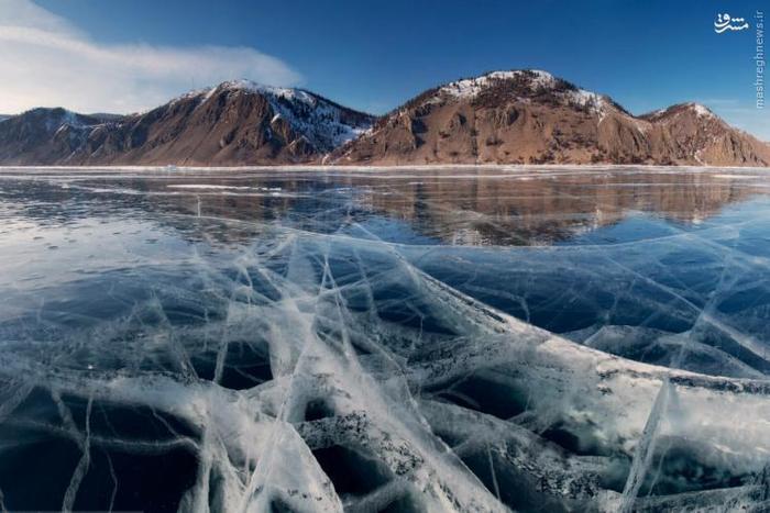این دریاچه که یکی از قدیمیترین دریاچههای دنیا است، ۲۰ درصد آب شیرین غیر یخی دنیا را در اختیار دارد. دریاچهی بایکال در جنوب غربی منطقهی سیبری در روسیه واقع شده است. این دریاچه محل زندگی خوک دریایی آب شیرین و برخی گونههای نادر دیگر است. در فصل زمستان، آب این دریاچه کاملا یخ میزند.