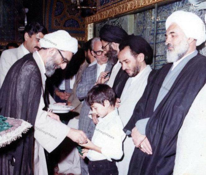 شهید سید عبدالکریم هاشمی نژاد درکنار آیت الله خامنه ای و آیت الله واعظ طبسی در یکی از مراسم غبار روبی در حرم رضوی(ع)