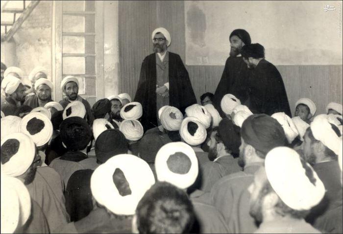 1358، مشهد مقدس، آیت الله واعظ طبسی در کنار  آیت الله سید محمد باقر شیرازی در بیت آیت الله سید عبدالله شیرازی