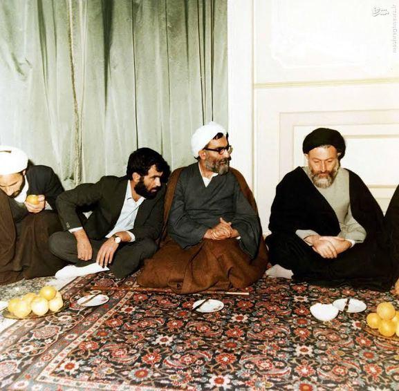 1359، شهید آیت الله سید محمدحسین بهشتی در سفر به مشهد. در تصویر مرحوم آیت الله واعظ طبسی دیده میشوند.