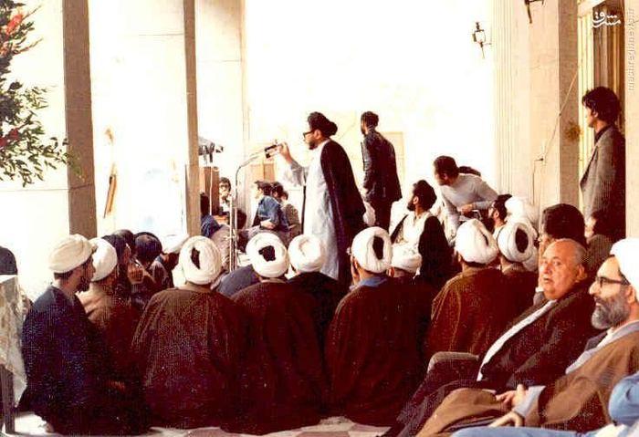 1357، مرحوم آیت الله عباس طبسی در کنار دیگر روحانیون مشهد به اعتراض علیه رژیم پهلوی تجمع کردهاند. شهید هاشمی نژاد در حال سخنرانی است.