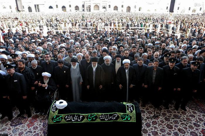 علاوه بر مردم مشهد، سران قوا و جمعی از مسئولان نظام نیز در مراسم اقامه نماز بر پیکر تولیت فقید آستان قدس رهبر انقلاب اسلامی را همراهی میکردند.