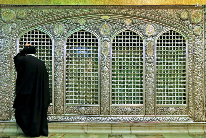 رهبر انقلاب در کنار ضریح مطهر حرم امام رضا علیهالسلام پیش از آغاز مراسم تدفین آیتالله طبسی<br />