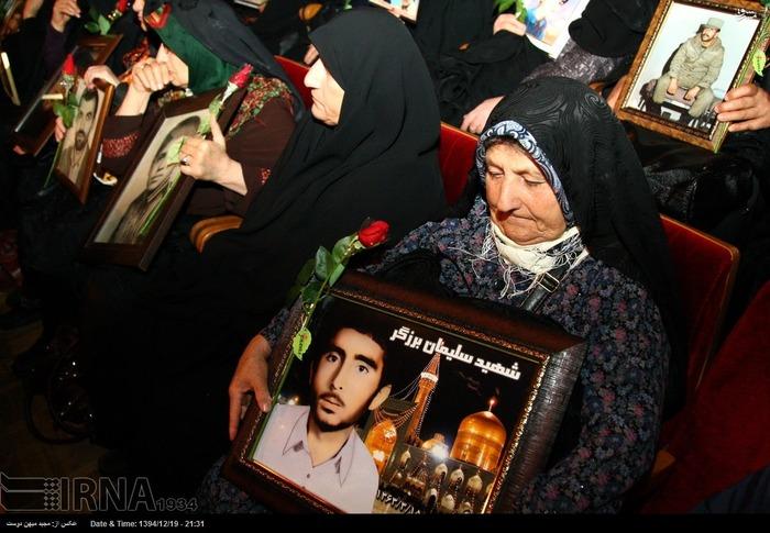 resized 1517295 691 عکس/ نکوداشت مادران و همچنین همسران شهدای گلستان