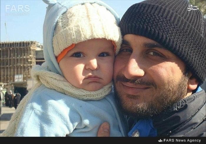 شهید احمد عطایی در کنار فرزندش