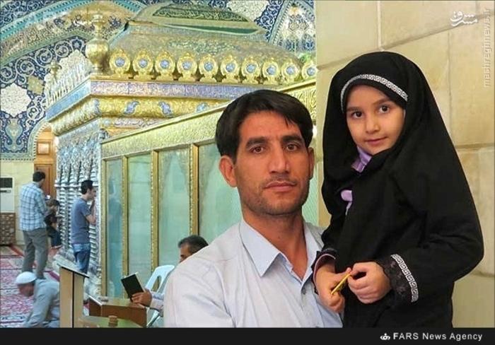 شهید علی کنعانی در کنار فرزندش