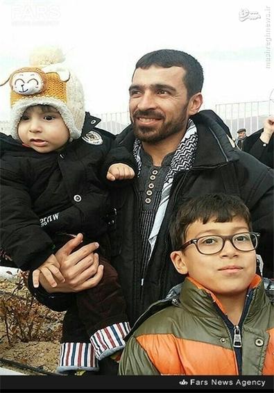 شهید محمد علی ارب در کنار فرزندانش