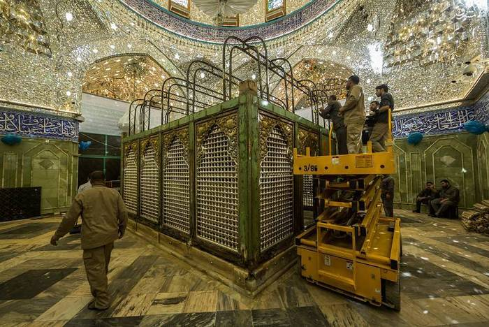 resized 1528410 584 عکس/ آماده سازی نصب ضریح جدید حضرت ابوالفضل العباس (ع)