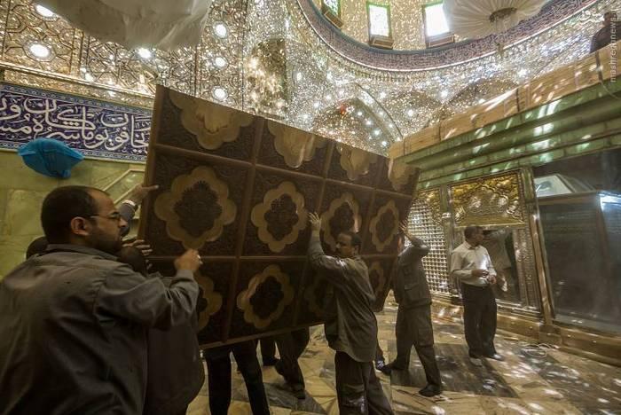 resized 1528427 161 عکس/ آماده سازی نصب ضریح جدید حضرت ابوالفضل العباس (ع)