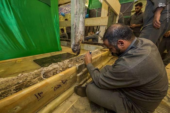 آموزش نصب کتیبه عکس/ آماده سازی نصب ضریح جدید حضرت ابوالفضل العباس (ع)