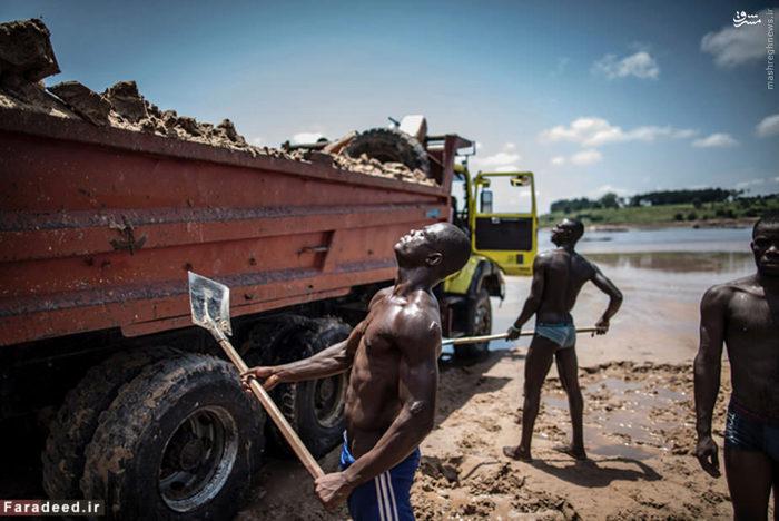 جمهوری دموکراتیک کنگو دومین کشور فقیر جهان است. ارزش منابع معدنی کنگو ۲۴ تریلیون دلار برآورد شدهاست که برابر با تولید ناخالص داخلی آمریکا و اروپاست. تصاحب این ثروت غیرعادی زیرزمینی انگیزه اصلی جنگ داخلی این کشور بودهاست. کنگو دارای تورمی افسارگسیخته و دارای یکی از پایینترین سطوح زندگی در آفریقا است.   متوسط درآمد سالانه مردم این کشور ۷۵۳ دلار است. 