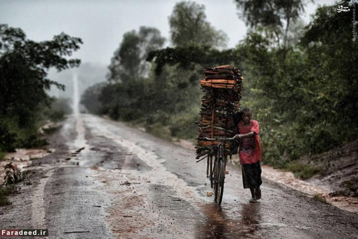 سومین کشور فقیر جهان است. تورم بالا و اتکا به تامین مالی کمک کننده ها منجر به سقوط اقتصادی بیشتر در مالاوی شد. مشکلات اقتصادی مالاوی از سال ۲۰۱۱ پس از اینکه نهادهای بینالمللی که معمولاً ۴۰ درصد از بودجه این کشور را پشتیبانی میکردند، کمک خود را به دلیل نگرانیهای مربوط به حقوق بشر در این کشور متوقف کردند، وخیمتر شد. متوسط در آمد سالانه مردم این کشور ۸۱۹ دلار است.  