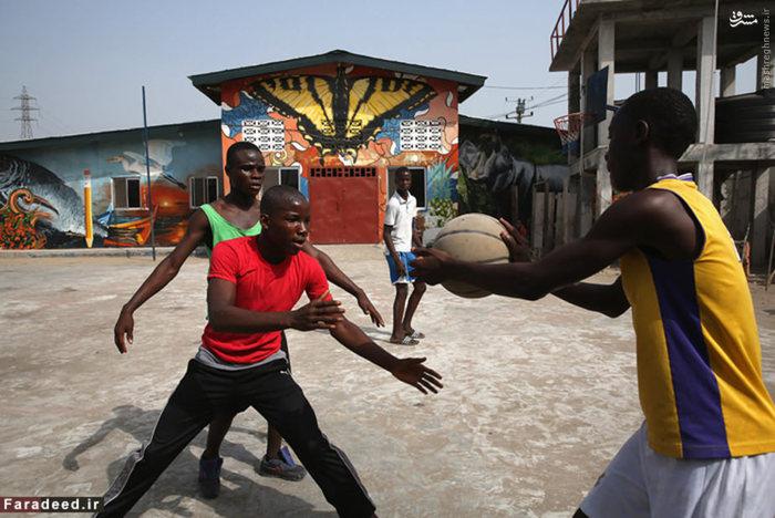 چهارمین کشور فقیر جهان است. این کشور در غرب آفریقا است و مردم آن هنوز از ۲۰ سال جنگ داخلی رنج می برند. با شیوع بیماری کشنده ابولا در سال ۲۰۱۴ در این کشور میزان فقر و رکود اقتصادی افزایش یافت.    متوسط درآمد سالانه مردم این کشور ۹۳۴ دلار است.  