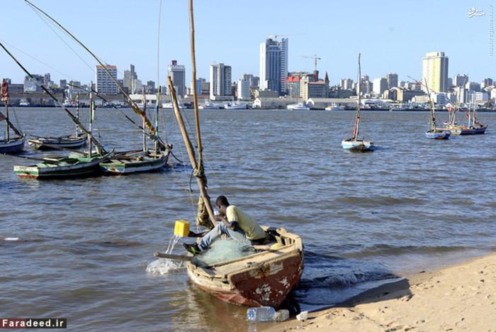 موزامبیک هفتیمن کشور فقیر جهان پس از مصالحه و برقراری آرامش در کشور در سال 1992 اندکی با بهبود شرایط اقتصادی روبرو شد و سرمایهگذاران خارجی برای سرمایهگذاری در این کشور ترغیب شدند اما همچنان بسیاری از مردم این کشور در فقر به سر میبرند.نرخ بیکاری در این کشور 21 درصد است و 70 درصد از مردم این کشور زیر خط فقر زندگی میکنند. در سال 2007 نرخ تورم در موزامبیک 8 درصد بود. محصولات صادراتی آن شامل آلومینیوم، میگو، بادام هندی، پنبه، شکر، مرکبات و الوار است که به کشورهای هلند (7/59 درصد)، آفریقای جنوبی (2/15 درصد) و زیمبابوه (2/3 درصد) صادر میشود. درآمد سرانه این کشور 1208 دلار است