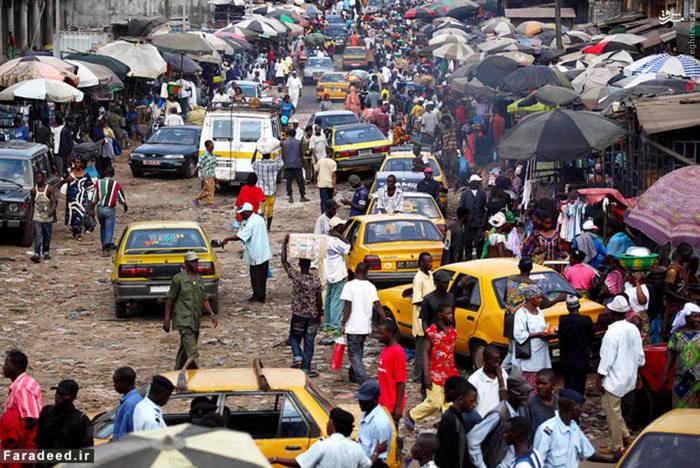 گینه نو نهمین کشور فقیر جهان کشوری غنی از منابع با درآمد پایین است. در حدود 40 درصد از جمعیت کشور در فقر به سر میبرند. کمبود فرصتهای شغلی رسمی برای جمعیت جوان جویای کار یکی از مهمترین دلایل فقر در این کشور قلمداد میشود. درآمد سرانه در این کشور 1388 دلار است