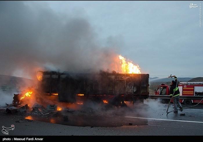 resized 1562189 709 عکس/  تصادف مرگبار کامیون با نیسان آبی