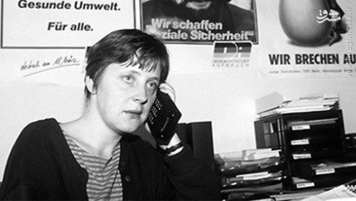 آنگلا مرکل با نخستین همسرش «اوریچ» که یک دانشجوی فیزیک بود در سال 1974 در دانشگاه لیپزیک زمانی که تنها 20 سال داشت، آشنا شد. وی با همسر نخستش در سال 1977 ازدواج کرد و به طور جداگانه به دلیل قوانین وقت آلمان زندگی را آغاز کردند. مرکل در حالی مدرک تحصیلی خود را دریافت کرد که به عنوان گارسون کار می کرد و در یک اتاق 100 فوتی به همراه همسرش زندگی می کرد. در این اتاق همچنین سرویس بهداشتی و حمام نیز قرار داشت.