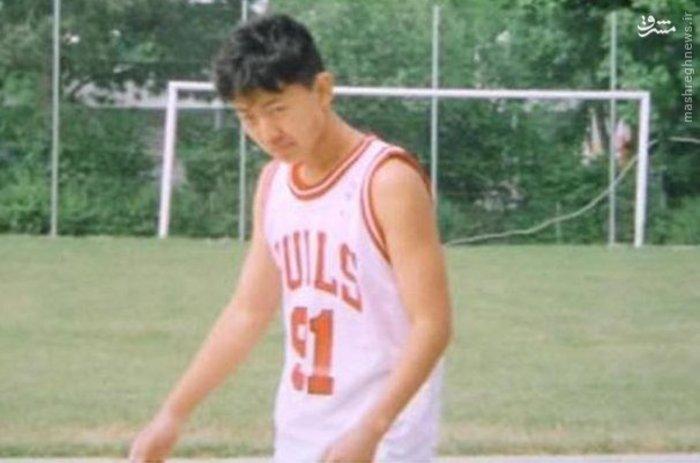 اغلب اوقات زندگی کیم جونگ اون به ویژه جوانی وی و حتی سال تولدش محرمانه و رمز آلود است. وی در دانشگاه نظامی کیم ایل سونگ حضور داشت و گفته می شود که پیش از 30 سالگی به عنوان همراه کیم جونگ ایل، پدرش و رهبر سابق کره شمالی در بخش های نظامی حضور داشت. زمانی که وضعیت سلامت پدرش بد شد، کیم به یک ژنرال نظامی 4 ستاره و رئیس کمییته مرکزی ارتش در حزب کارگر تبدیل شده بود و از اعضای کمیته مرکزی آن محسوب می شد. کیم یکی از هوادارن سرسخت تیم بسکتبال شیکاگو بود و دنیس رادمن بازیکن سابق این تیم را که در سال 2012 به کره شمالی رفت دوست داشت.