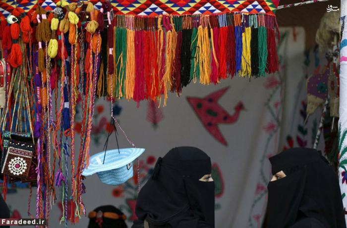دو زن با پوشش عربی در بازار قدیمی شهر ریاض
