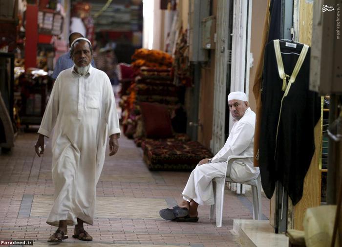 مردی در حال عبور از بازار قدیمی ریاض