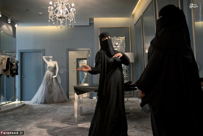 زن خریدار و فروشنده در مزون لوکس یک شرکت بریتانیایی در ریاض