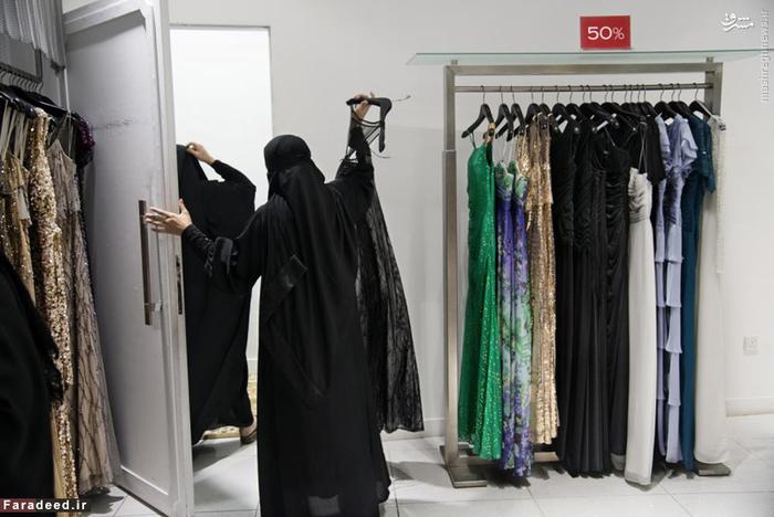 فروشنده زن مزون لباس در مرکز خرید