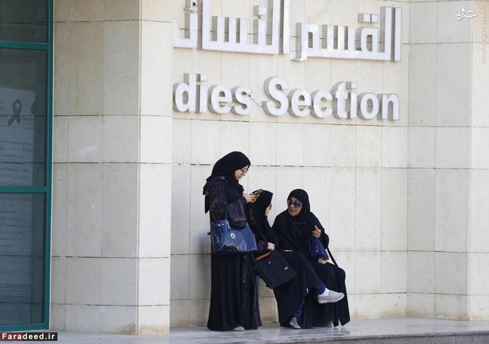 سه زن در بیرون شعب اخذ رای برای انتخابات شوراهای شهر در ریاض