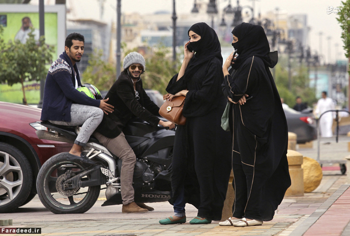 مزاحمت دو موتور سوار برای دو زن برقع پوش در خیابان های ریاض