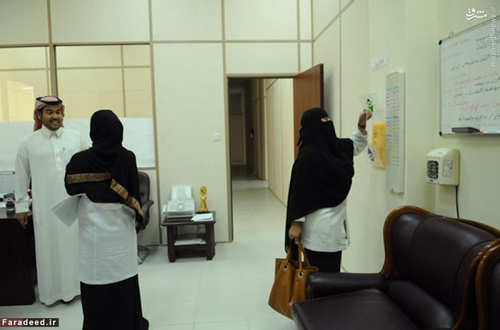 زنان شاغل در مرکز ملی مبارزه با خشونت علیه زنان در عربستان؛ این مرکز در سال 2005 میلادی آغاز به کارر کرده است