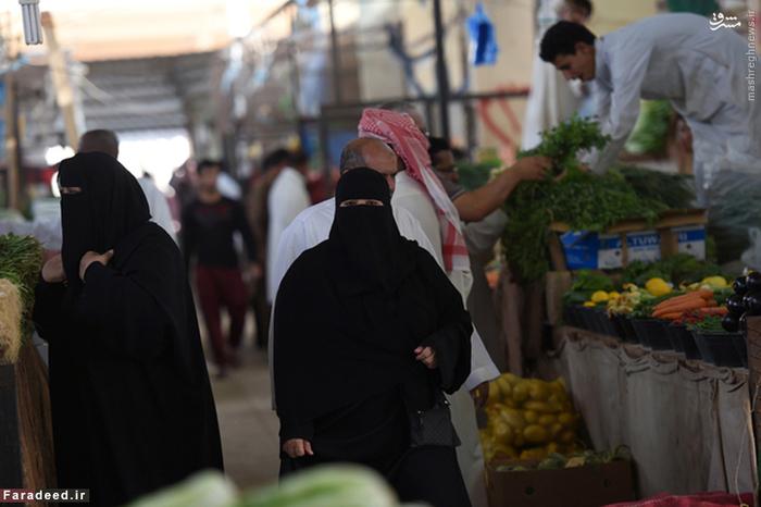 دو زن برقع پوش در بازر میوه و تره بار ریاض