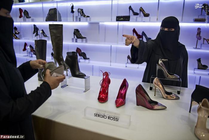 کارمند زن فروشگاه کفش در مرکز خرید