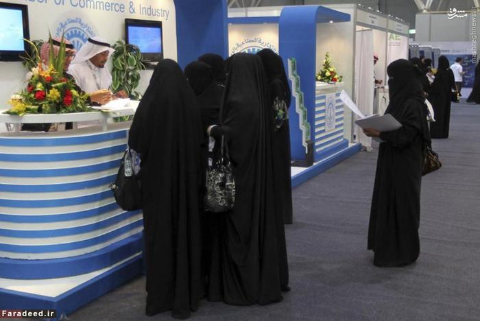 زنان عرب در جستجوی کار مقابل دفتر کاریابی در ریاض