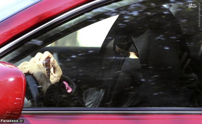 زن عرب پشت فرمان اتومبیل در حال رانندگی