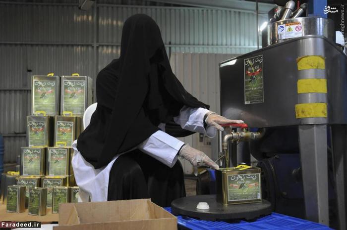 زن عرب در کارخانه تولید روغن زیتون در