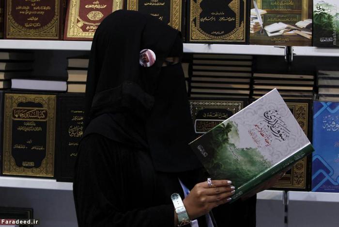 زن عرب در کتابفروشی در جده